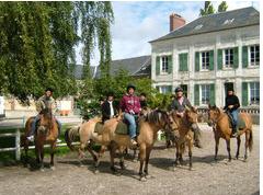 groupe cavaliers devant gîte
